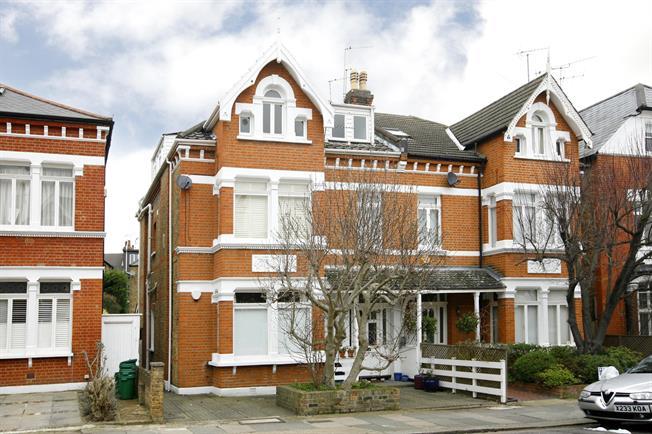 £1,995 per Calendar Month, 2 Bedroom Flat To Rent in Twickenham, TW1