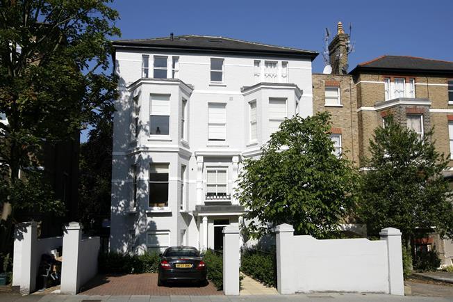£1,425 per Calendar Month, 1 Bedroom Flat To Rent in Richmond, TW10