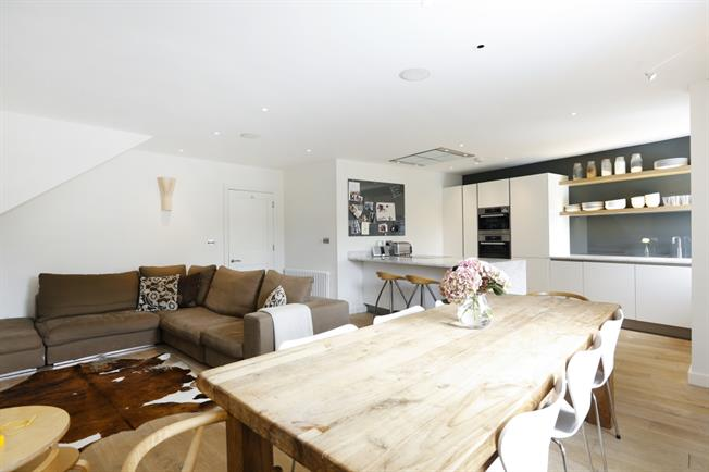 £4,000 per Calendar Month, 4 Bedroom Apartment To Rent in Richmond, TW10