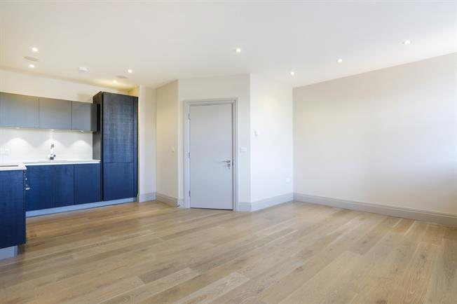 £2,300 per Calendar Month, 1 Bedroom Flat To Rent in Richmond, TW9