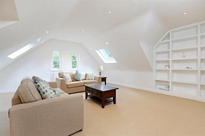£2,750 per Calendar Month, 3 Bedroom Flat To Rent in Richmond, TW10