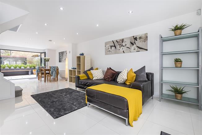 £3,200 per Calendar Month, 2 Bedroom Mews House To Rent in Richmond, TW9