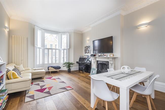 £3,150 per Calendar Month, 2 Bedroom Flat To Rent in Richmond, TW10