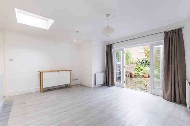 £1,850 per Calendar Month, 2 Bedroom Flat To Rent in Richmond, TW9
