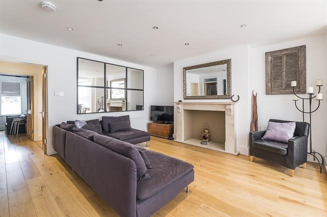 £3,250 per Calendar Month, 3 Bedroom Flat To Rent in Richmond, TW10