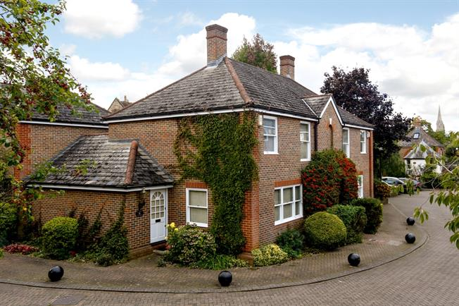 £2,000 per Calendar Month, 2 Bedroom Mews House To Rent in Richmond, TW10