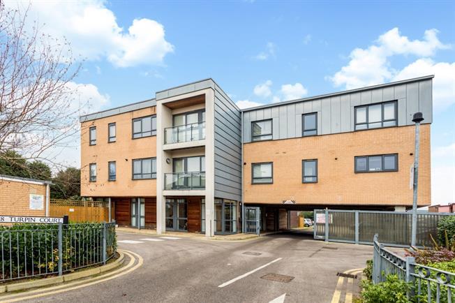 £1,100 per Calendar Month, 2 Bedroom Flat To Rent in Watford, WD18