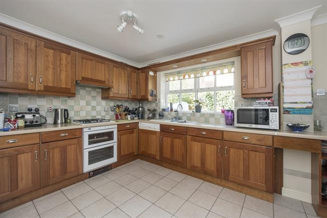 £2,350 per Calendar Month, 5 Bedroom Detached House To Rent in Watford, WD17