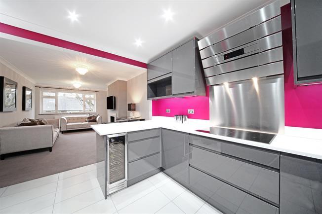 £1,700 per Calendar Month, 3 Bedroom Maisonette To Rent in Watford, WD17