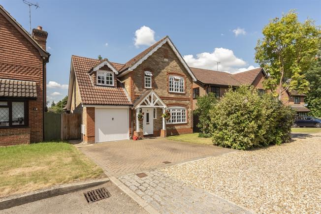 £2,350 per Calendar Month, 4 Bedroom Detached House To Rent in Watford, WD17