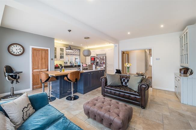 £3,750 per Calendar Month, 6 Bedroom Detached House To Rent in St. Albans, AL1