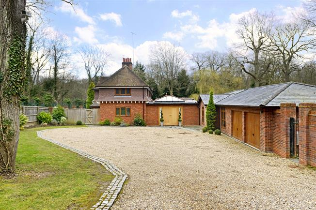 £4,000 per Calendar Month, 3 Bedroom Detached House To Rent in Watford, WD25