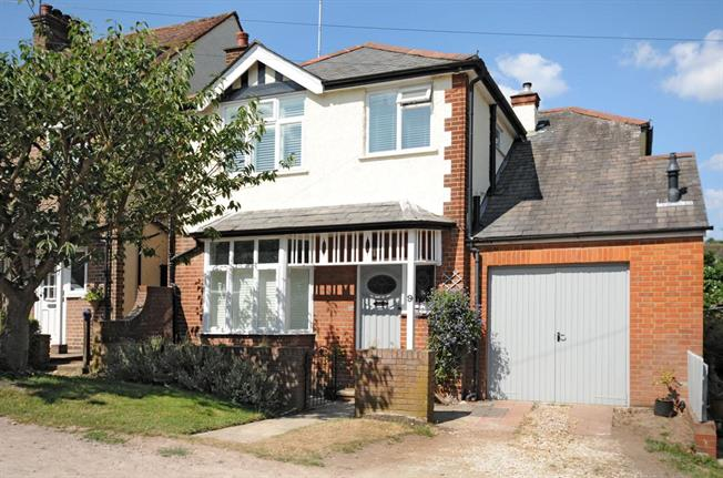 £2,900 per Calendar Month, 4 Bedroom Detached House To Rent in St. Albans, AL3