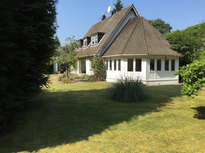 £3,800 per Calendar Month, 5 Bedroom Detached House To Rent in Egham, TW20
