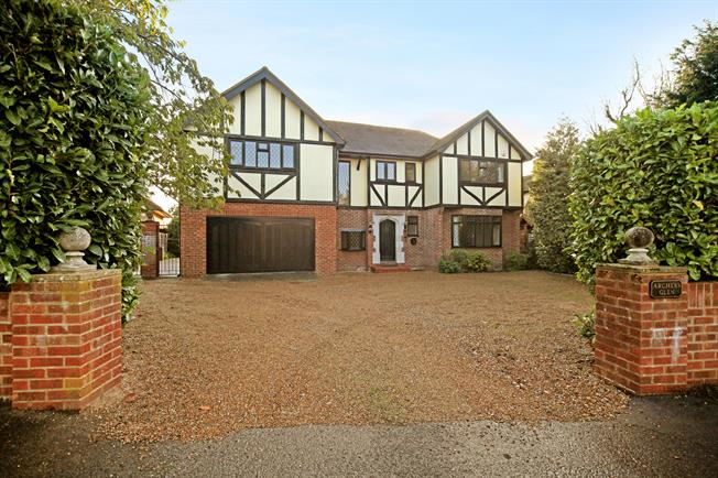 £4,500 per Calendar Month, 4 Bedroom Detached House To Rent in Egham, TW20