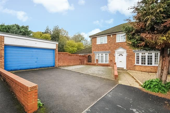£1,995 per Calendar Month, 5 Bedroom Detached House To Rent in Bracknell, RG12