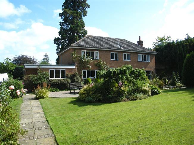 £2,500 per Calendar Month, 4 Bedroom Detached House To Rent in Tunbridge Wells, TN4