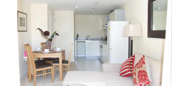 £1,300 per Calendar Month, 1 Bedroom Flat To Rent in Wimbledon, SW19