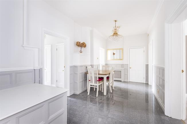 £2,600 per Calendar Month, 3 Bedroom Flat To Rent in Kingston upon Thames, KT2
