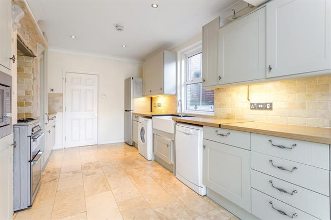 £1,800 per Calendar Month, 4 Bedroom Terraced House To Rent in Winchester, SO22