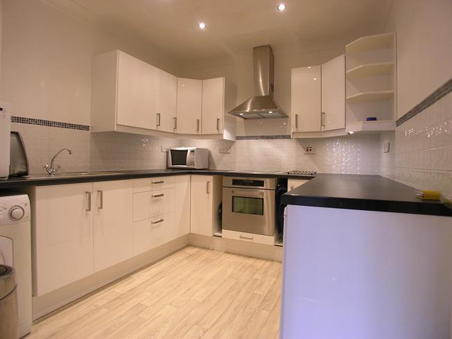 £1,600 per Calendar Month, 2 Bedroom Flat To Rent in Windsor, SL4