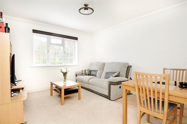 £1,195 per Calendar Month, 2 Bedroom Flat To Rent in Windsor, SL4