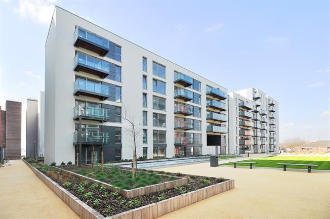 £1,500 per Calendar Month, 2 Bedroom Flat To Rent in Hayes, UB3