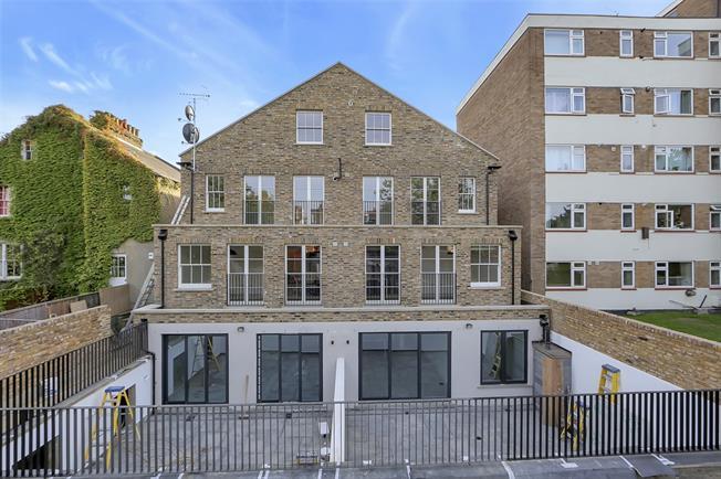 £3,000 per Calendar Month, 3 Bedroom Flat To Rent in Ealing, W5