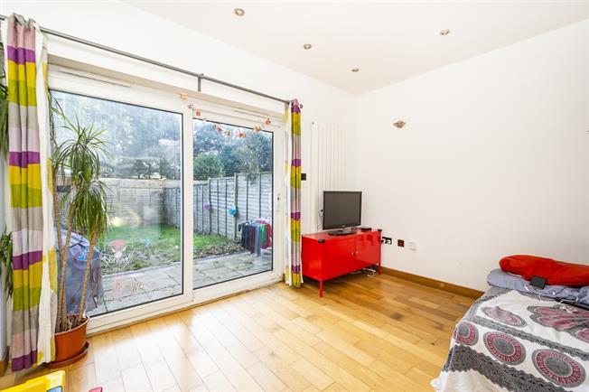 £2,000 per Calendar Month, 2 Bedroom Flat To Rent in London, W5