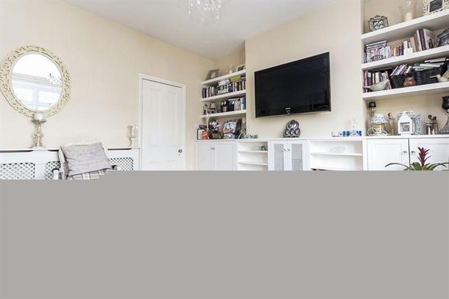 £1,895 per Calendar Month, 3 Bedroom Flat To Rent in London, W13