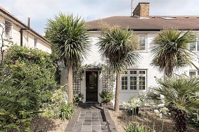 £2,500 per Calendar Month, 3 Bedroom House To Rent in London, N10