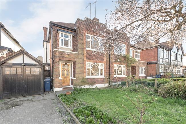 £2,600 per Calendar Month, 3 Bedroom House To Rent in London, N2