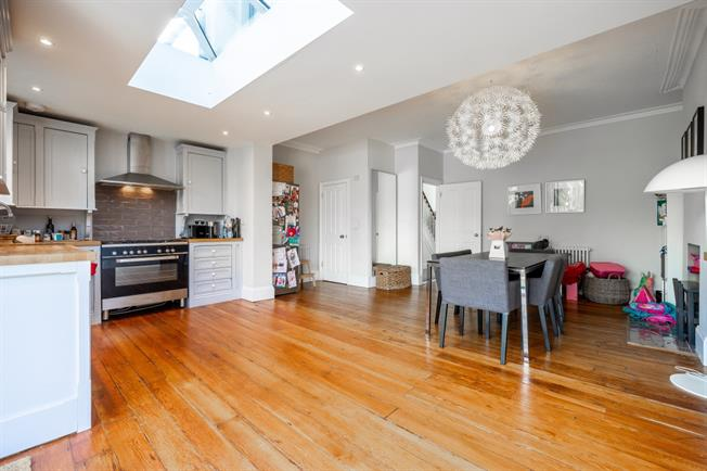 £2,800 per Calendar Month, 4 Bedroom House To Rent in London, N12
