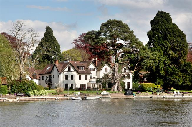 £1,850 per Calendar Month, 2 Bedroom Flat To Rent in Bourne End, SL8