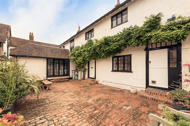 £2,500 per Calendar Month, 3 Bedroom House To Rent in Cookham Dean, SL6