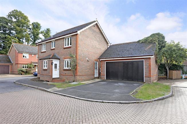 £1,950 per Calendar Month, 4 Bedroom Detached House To Rent in Marlow, SL7