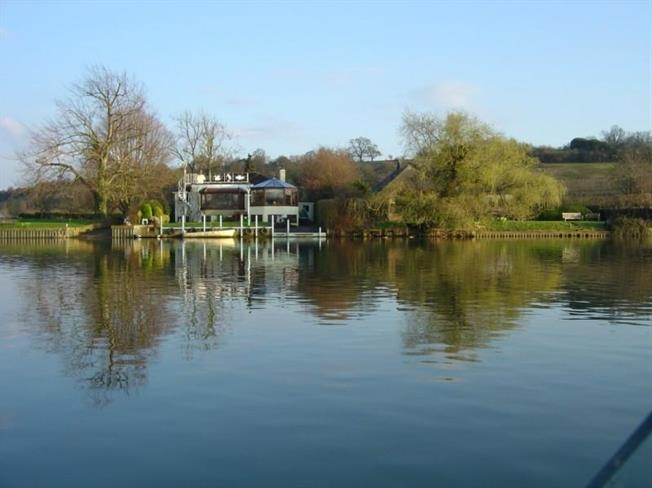 £2,950 per Calendar Month, 3 Bedroom Detached House To Rent in Cookham Dean, SL6