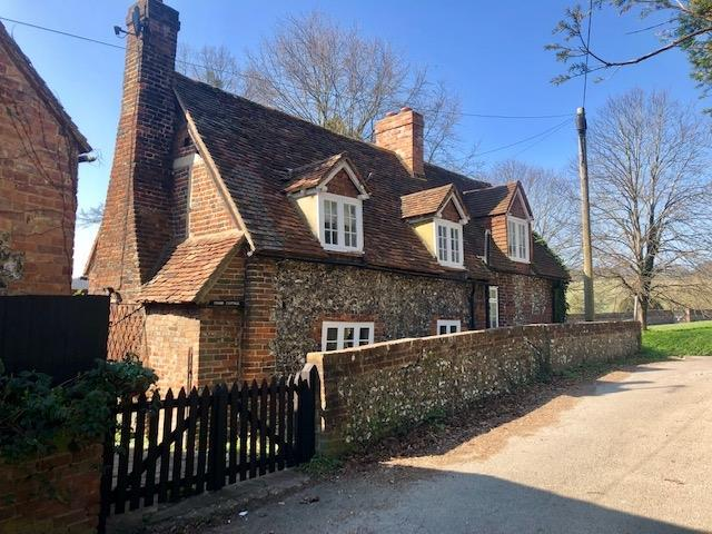 £1,500 per Calendar Month, 2 Bedroom Cottage House To Rent in High Wycombe, HP14