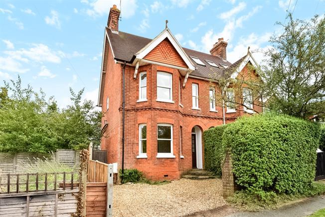 £1,695 per Calendar Month, 3 Bedroom Semi Detached House To Rent in Farnham, GU9