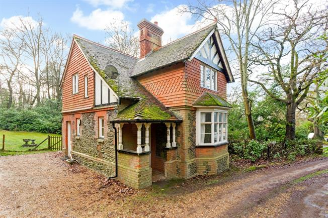 £1,375 per Calendar Month, 2 Bedroom Cottage House To Rent in Farnham, GU10