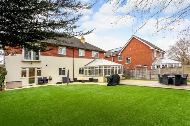 £2,850 per Calendar Month, 5 Bedroom Detached House To Rent in Fleet, GU51