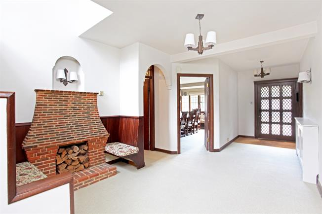 £4,250 per Calendar Month, 6 Bedroom Detached House To Rent in Sunbury-on-Thames, TW16