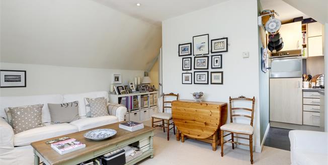 £1,150 per Calendar Month, 1 Bedroom Flat To Rent in Hampton Wick, KT1