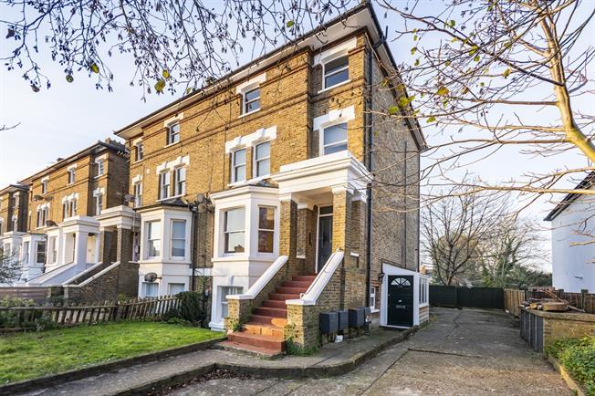 £1,350 per Calendar Month, 1 Bedroom Flat To Rent in Teddington, TW11