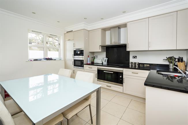 £2,000 per Calendar Month, 2 Bedroom Flat To Rent in Twickenham, TW1