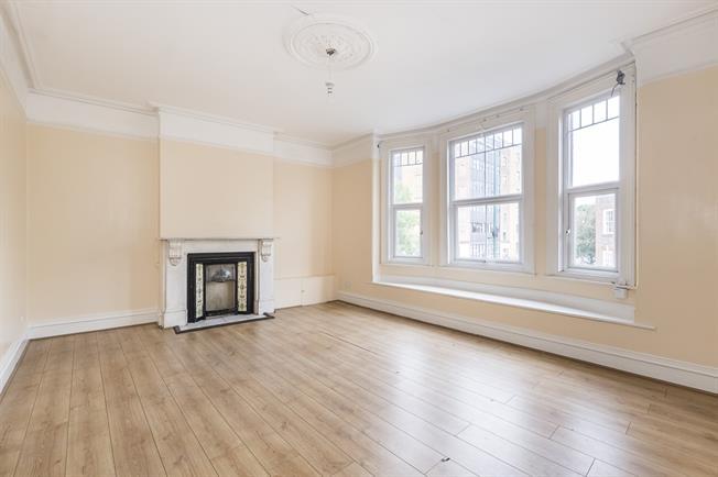£2,100 per Calendar Month, 4 Bedroom Flat To Rent in Teddington, TW11