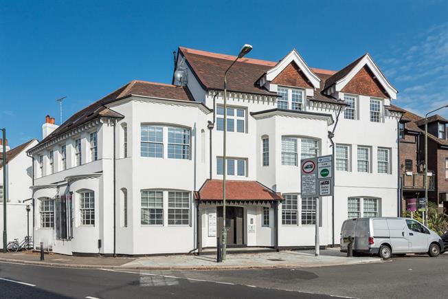 £1,300 per Calendar Month, 1 Bedroom Flat To Rent in Hampton, TW12