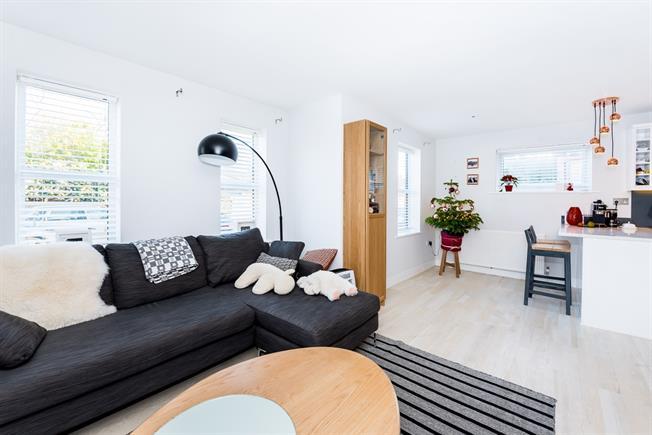 £1,400 per Calendar Month, 2 Bedroom Flat To Rent in Twickenham, TW2