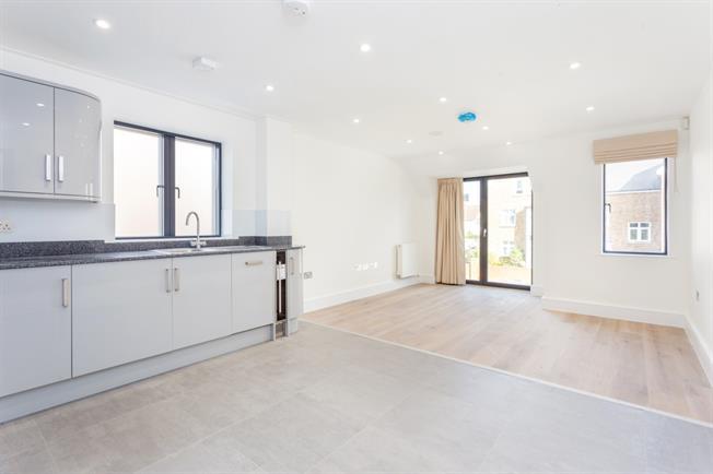 £1,150 per Calendar Month, 2 Bedroom Flat To Rent in Horsham, RH13