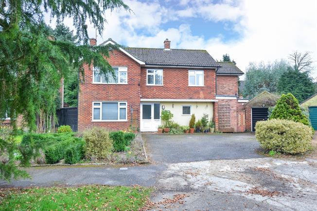 £2,295 per Calendar Month, 4 Bedroom Detached House To Rent in Horsham, RH12